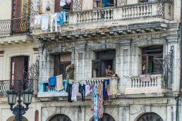 Mujer tiende ropa en La Habana