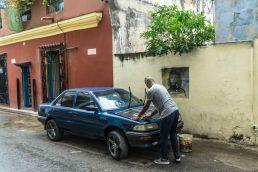 Limpiando coche en La Habana