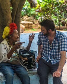 Señora y señor conversando en La Habana