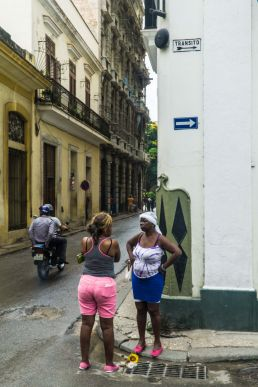 Dos mujeres en La Habana Vieja