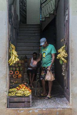 Frutas en el portal de casa, La Habana
