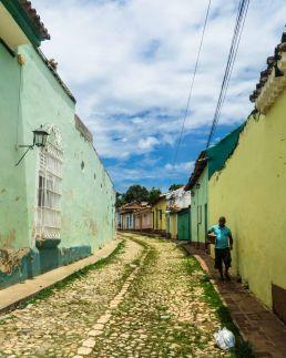 Vecino pasea en Trinidad, Cuba
